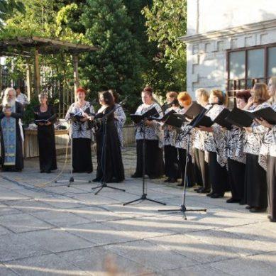 """Фестивалът """"STRAVAGANZA '2018"""" завърши с вечер на християнската музика пред храм """"Успение Богородично"""""""